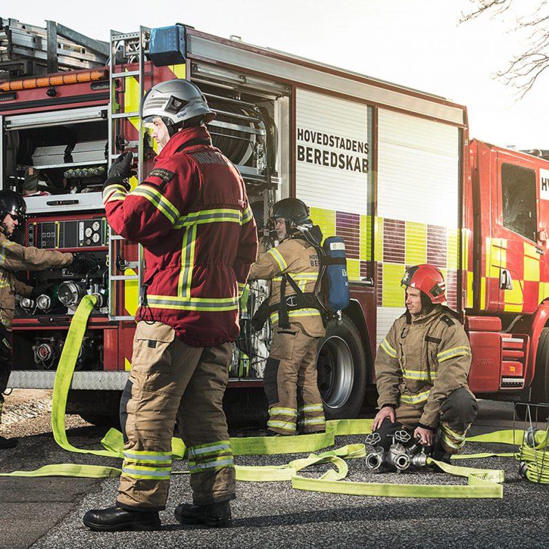 Brandmænd på en villavej