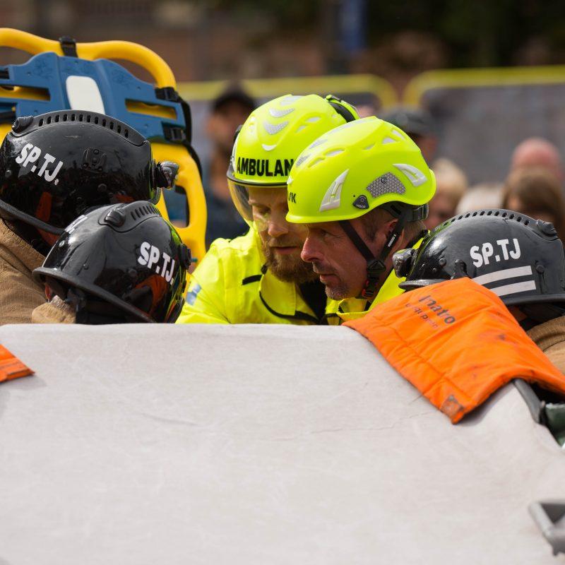 Brandmændene arbejder sammen for at frigøre en tilskadekommen