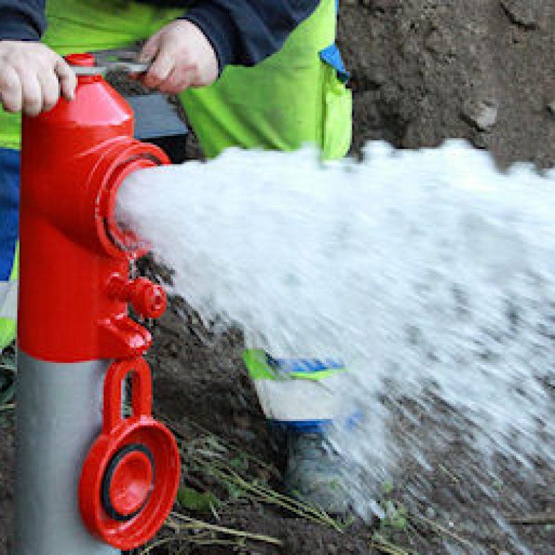 En brandhane er blevet åbnet og der sprøjter vand ud