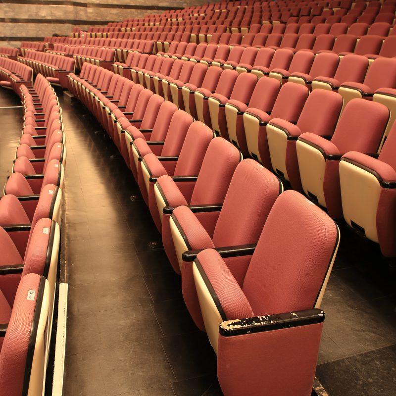 En biografsal med tomme sæder
