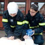 To brandkadetter udøver førstehjælp på en dukke
