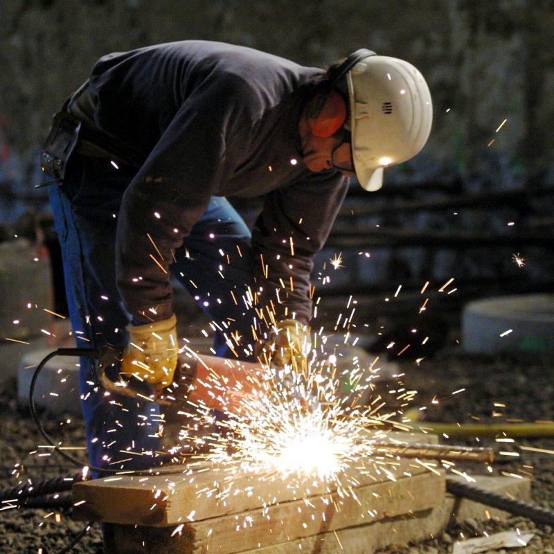 En person benytter et værktøj der producerer mange gnister