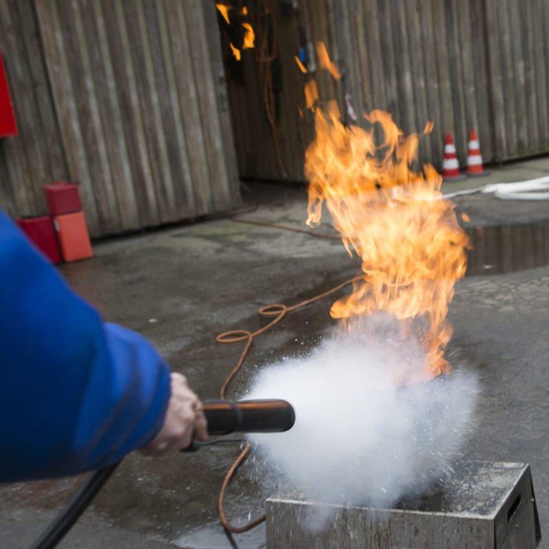 En person slukker en kontrolleret brand