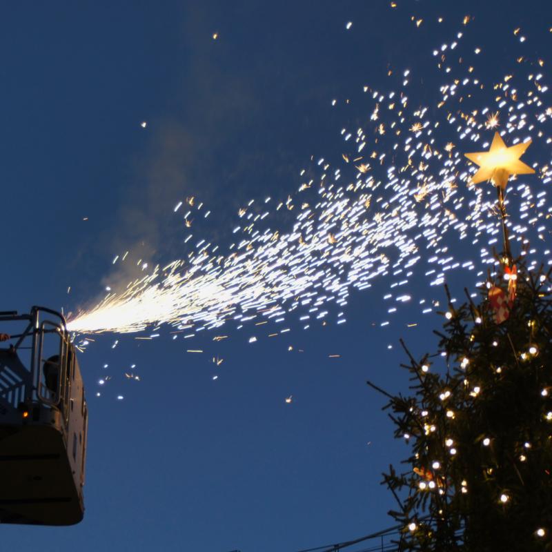 """En brandmand """"tænder"""" et juletræ"""