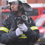 En brandkadet med en brandslange