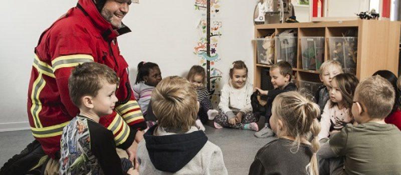 Brandmænd i en børnehave