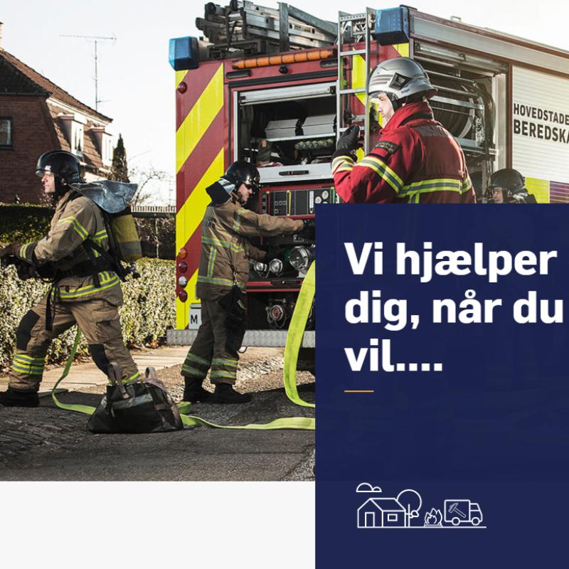 """Billede af brandmænd i tjeneste, med motoet """"Vi hjælper dig, når du vil.."""" i forgrunden"""