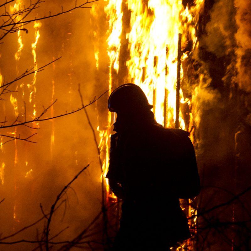 En brandmandssilouet kan ses med flammer i baggrunden