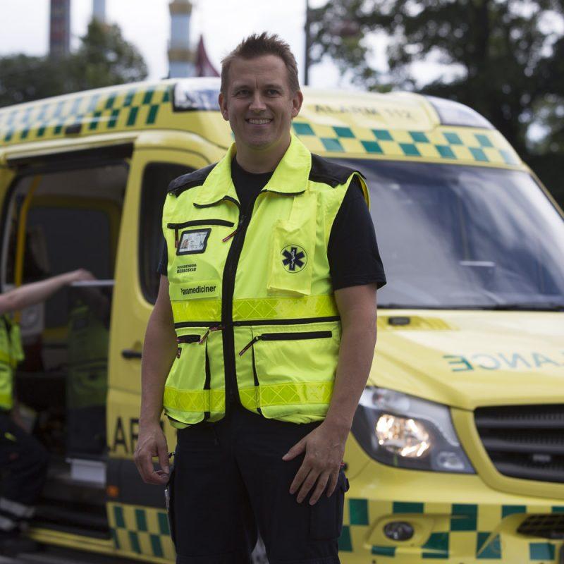 En paramediciner opstillet foran en ambulance