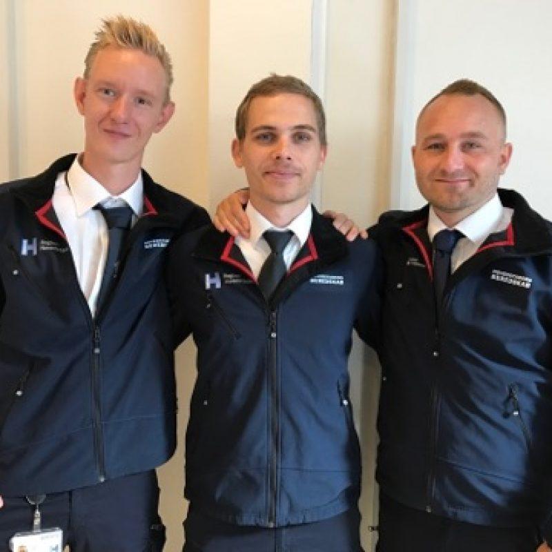 Tre nyudlærte ambulanceassistenter er opstillet til et billede