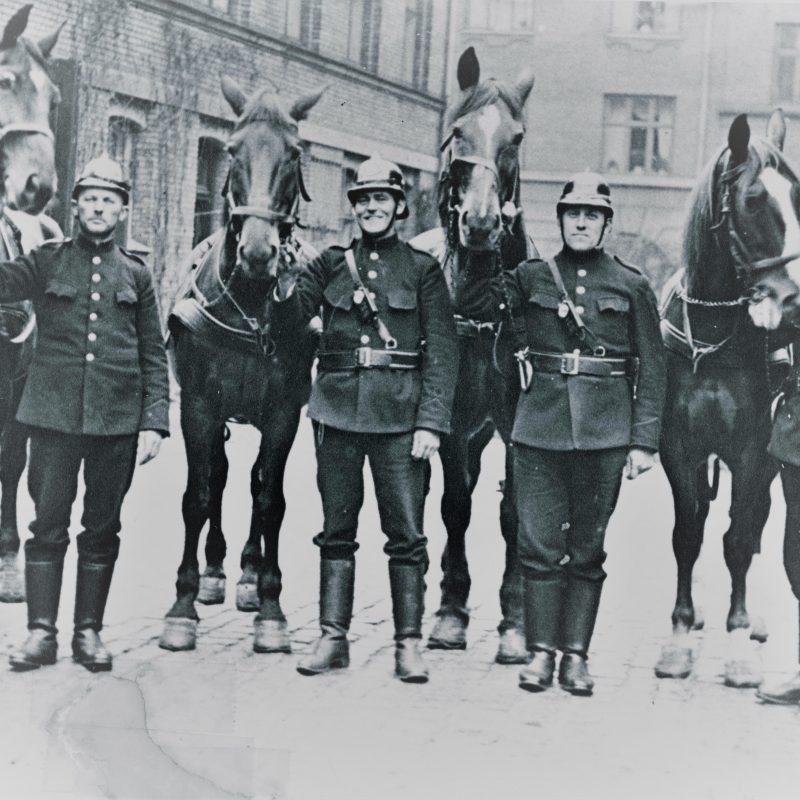 Billedet fra 1930, hvor brandmænd står opstillet ved siden af deres heste