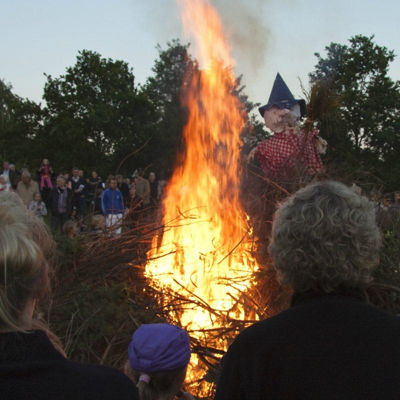Et Sankt Hans bål i flammer
