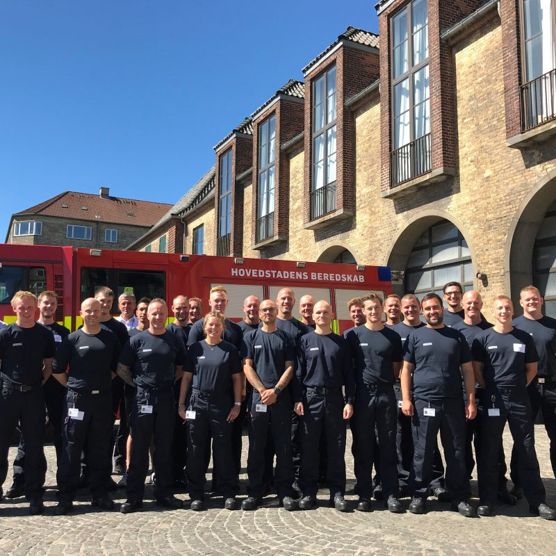 Beredskabsspecialister står opstillet foran Vesterbro brandstation