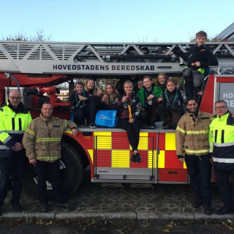 RøgalarmPatruljen, der består af brandmænd, frivillige og FDF-spejdere, sidder på en brandbil