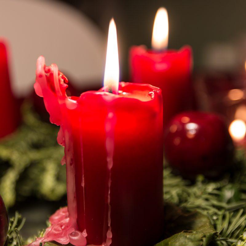 Brændende lys i en juledekoration