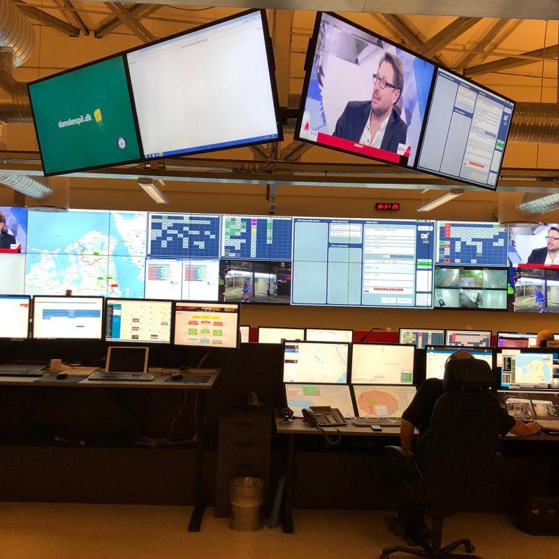 En masse computer- og TV skærme i vagtcentralens kontrolrum