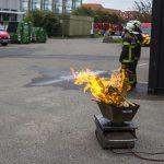 Forberedelse til brandøvelse, hvor et fad med brænde er blevet antændt