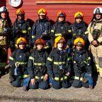 Brandkadetter med instruktører - opstillet til et billede
