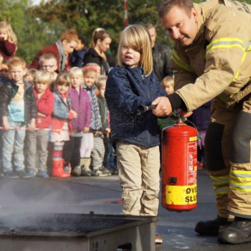 Brandband og barn slukker mini-brand