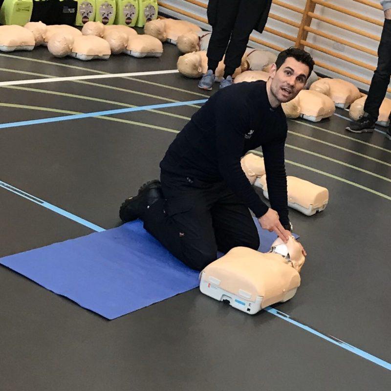 Førstehjælpsinstruktør viser førstehjælp, på en dukke