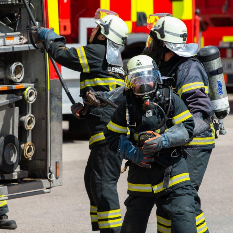 Brandkadetter trækker brandslange ud af brandbil