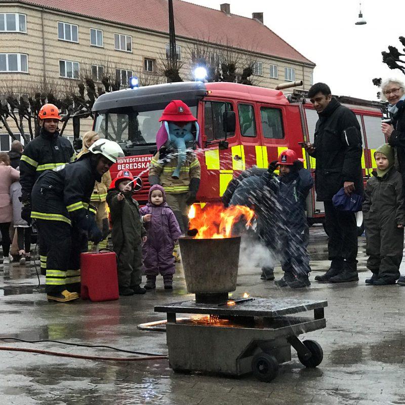 Børn lærer at slukke brand på brandstationen